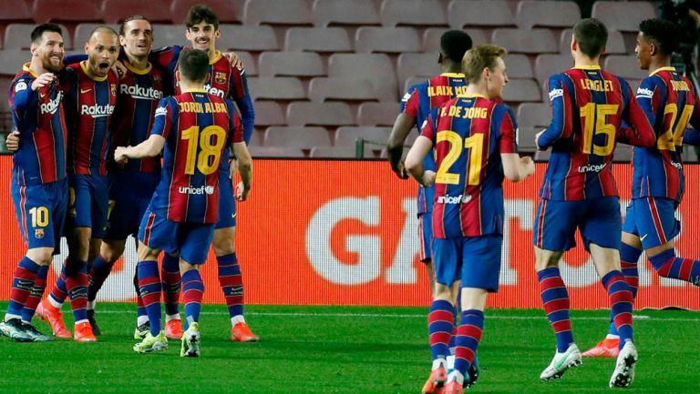 Jugadores del Barcelona festejan una anotación frente al Sevilla