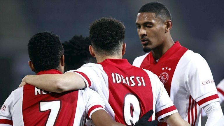 Jugadores del Ajax celebran gol vs Heerenveen