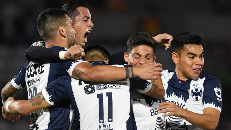 Jugadores de Rayados festejan un gol