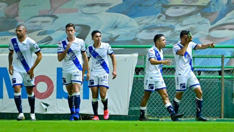 Jugadores del Puebla celebran gol vs León