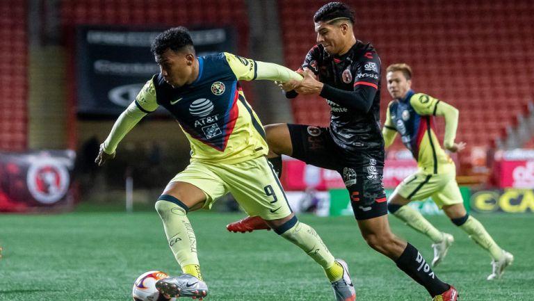 Roger Martínez trata de dejar un rival en el camino