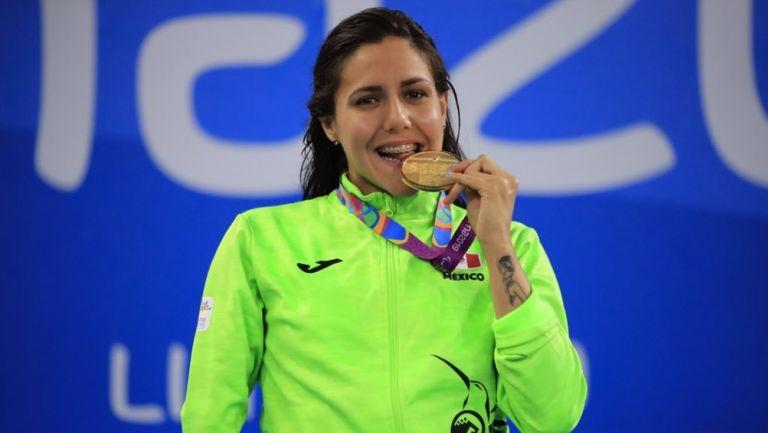 Vianney Trejo, nadadora paraolímpica celebra su medalla de oro