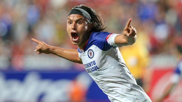 Jerry Flores festeja un gol con Cruz Azul