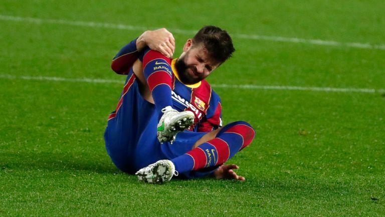Gerard Piqué durante su lesión en la rodilla vs Sevilla