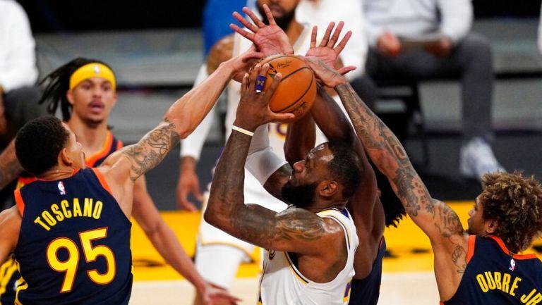 Juan Toscano enfrentando a LeBron James