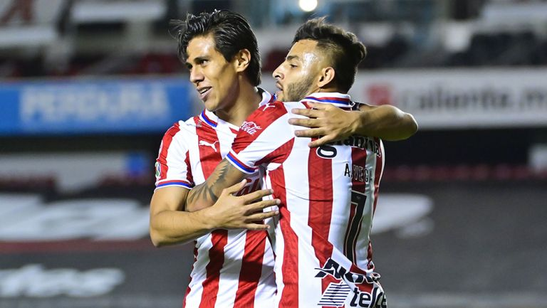 Alexis Vega festeja un gol con JJ Macías