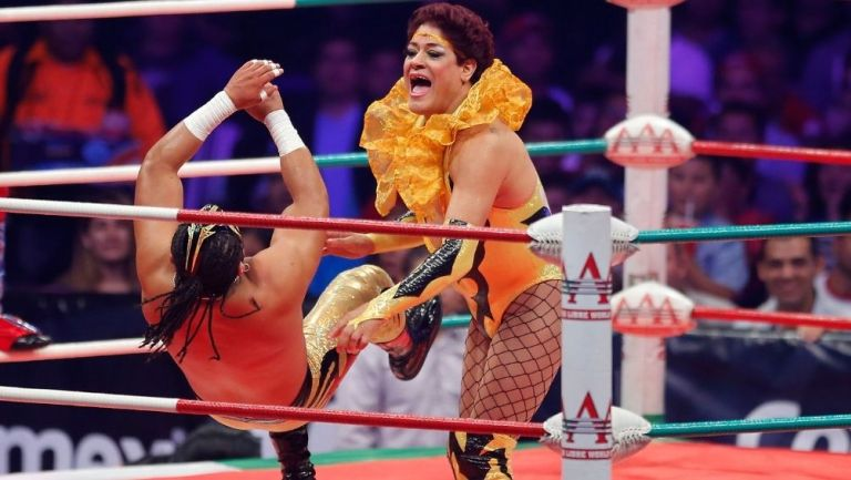Pimpinela Escarlata en un evento de la AAA