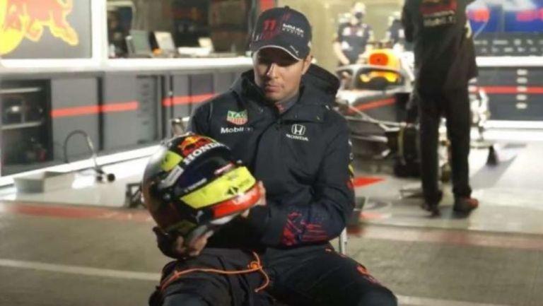 Checo Pérez con su nueva indumentaria de Red Bull