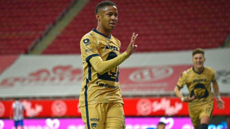 Gabriel Torres en festejo con Pumas