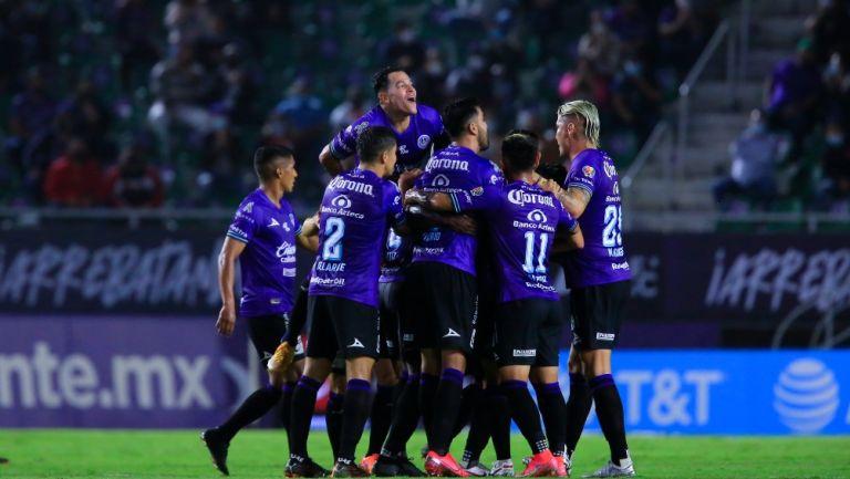 Jugadores de Mazatlán celebran un gol