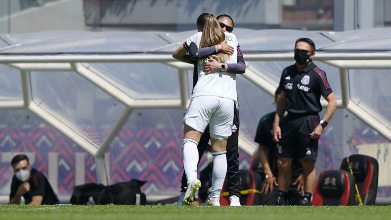 Mónica Vergara en un abrazo con Katty Martínez
