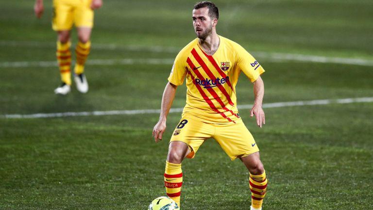 Miralem Pjanic durante un duelo con el Barcelona