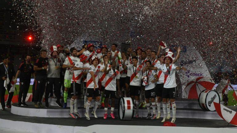 River Plate celebrando segundo campeonato en la Supercopa Argentina