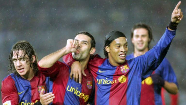 Márquez con Puyol y Ronaldinho festejando un gol