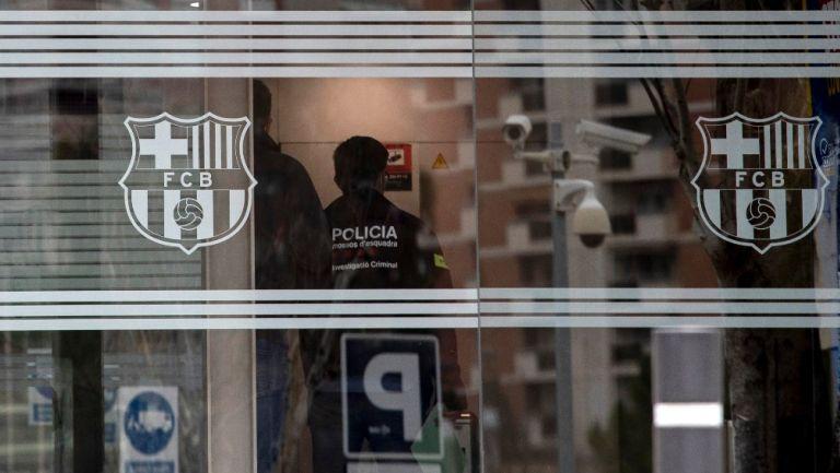 Policía catalana dentro de las oficinas del FC Barcelona