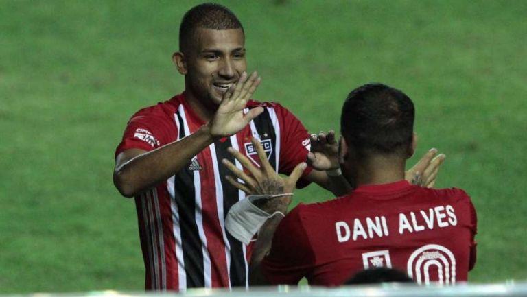 Joao Rojas y Dani Alves en festejo