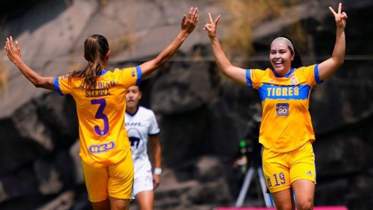 Jugadoras de Tigres festejando el primer gol a favor