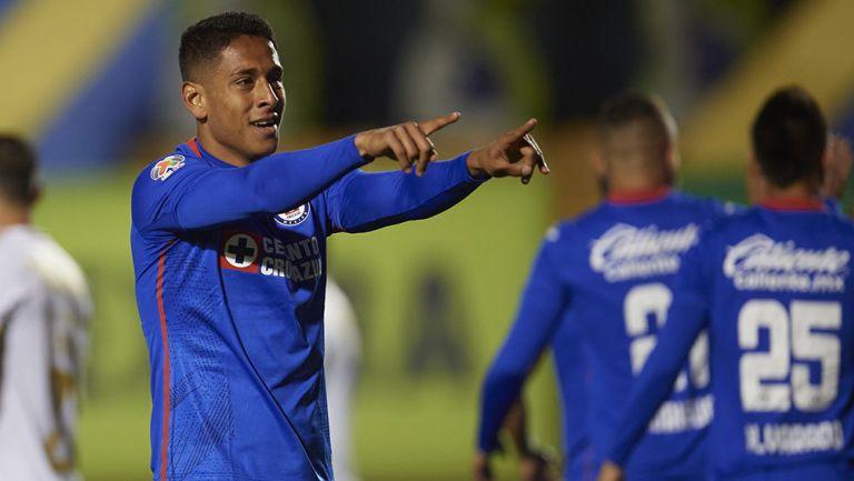 Luis Romo festeja un gol con Cruz Azul