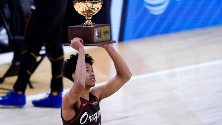 Simons con el trofeo de campeón de clavadas