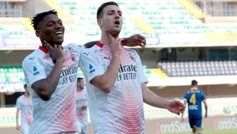 Jugadores del Milan tras anotar un gol