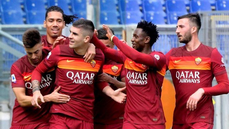 Jugadores de la Roma celebran gol vs Genoa