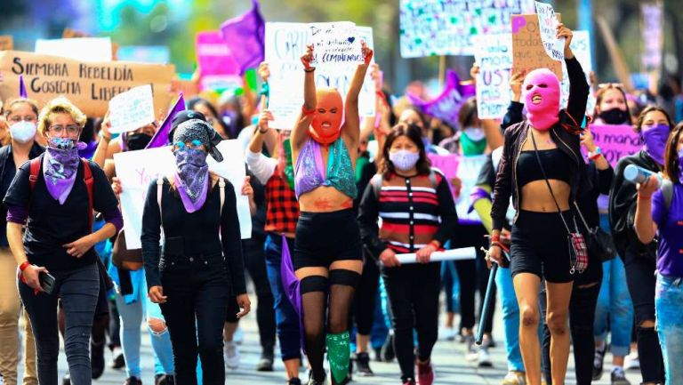 8M: Mujeres lograron tirar la valla de Palacio Nacional