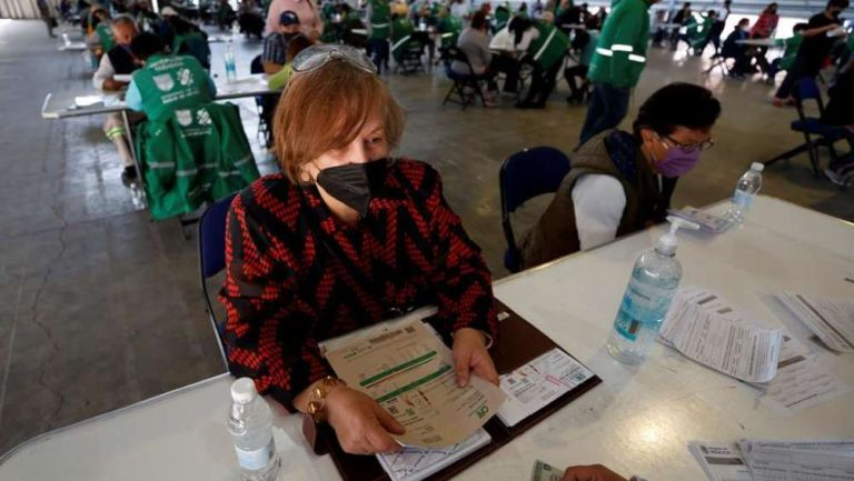 Mexicanos solicitando apoyo económico