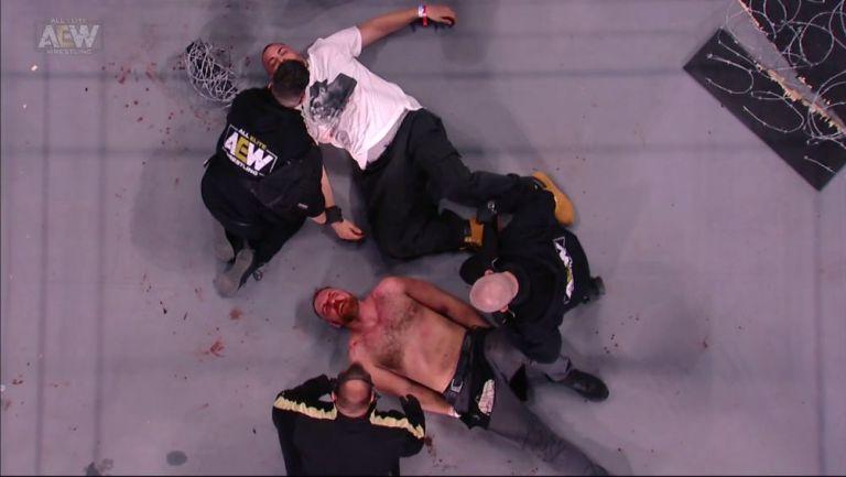 Jon Moxley recibiendo atención médica tras la lucha