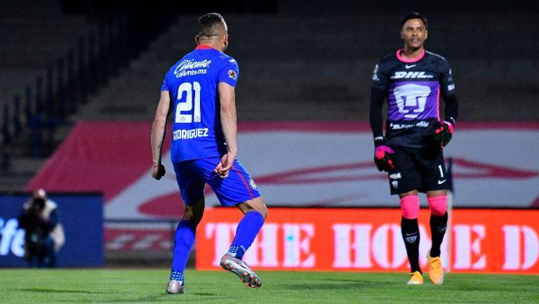 Pumas vs Cruz Azul: ¿Qué se dijeron Cabecita y Talavera en el penalti del triunfo celeste?