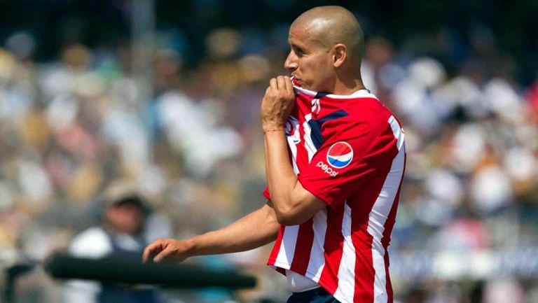 Bautista celebra un gol con Chivas