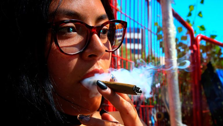 Habitante de la CDMX consume un cigarrillo de Marihuana