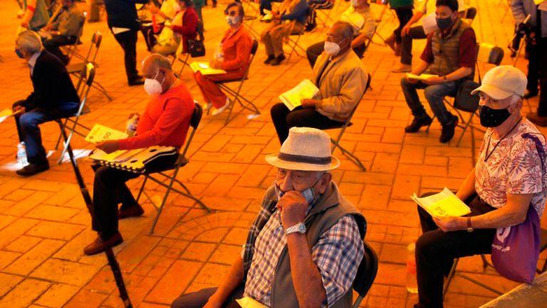 Personas de la tercera edad esperando su turno para ser vacunados