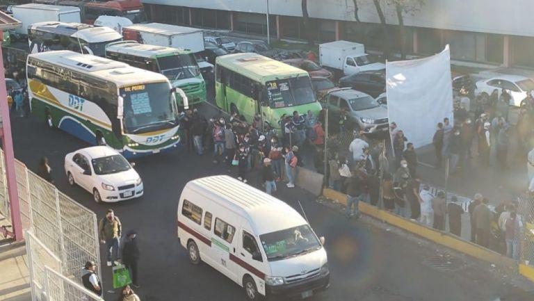 Transportistas bloqueando las vialidades en Indios Verdes