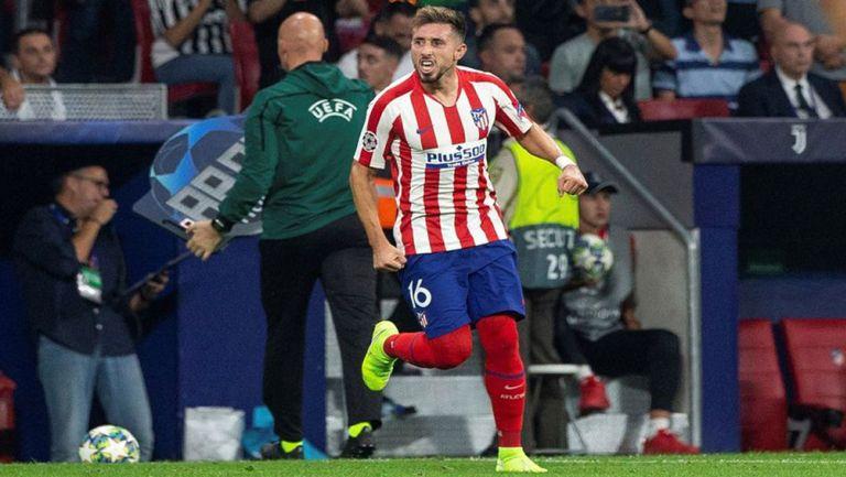 Héctor Herrera durante un duelo con el Atlético de Madrid