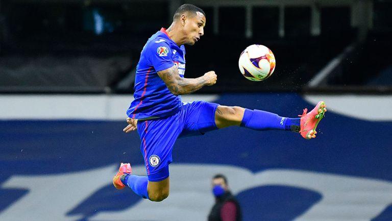 Yotún controla el balón en un partido de Cruz Azul