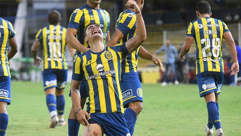 Luca Martínez Dupuy festeja un gol con Rosario Central