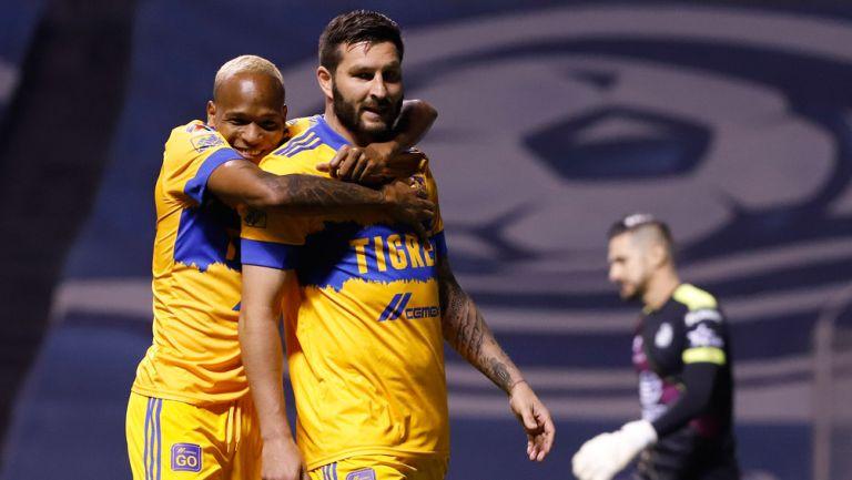 Luis Quiñones y Gignac festejan un gol