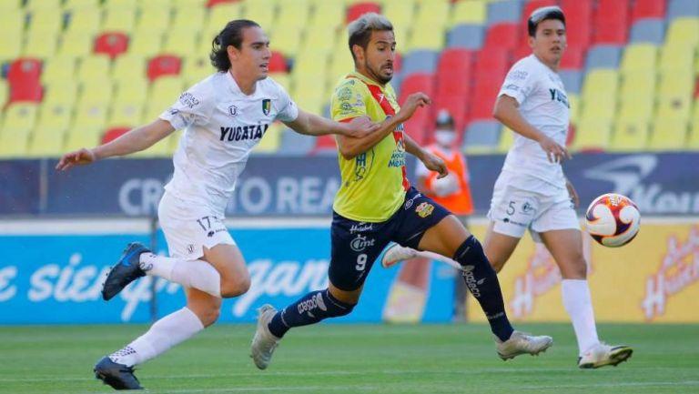 Eduardo Pérez y Mario Trejo en disputa del esférico