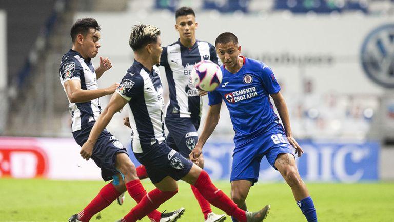 Jugadores de Rayados disputan el balón con Alvarado