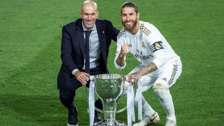 Zidane y Ramos posan con el título de LaLiga