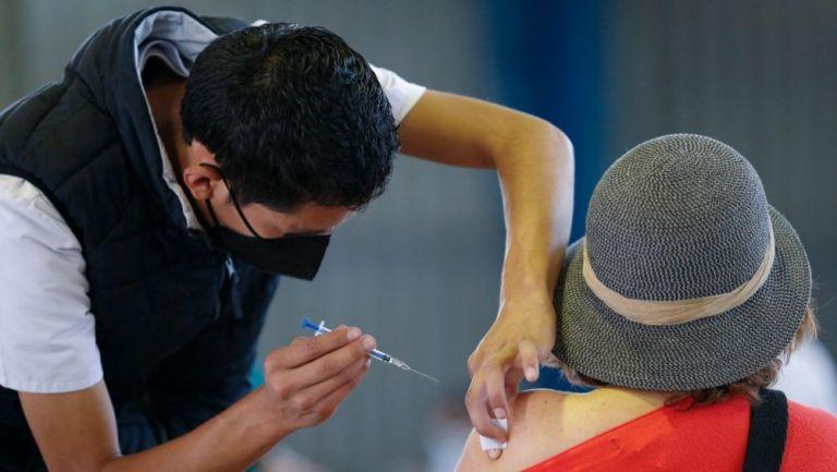 Una persona recibiendo una vacuna contra el Covid-19