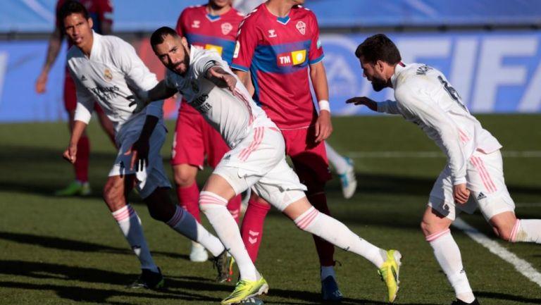 Karim Benzema festejando con sus compañeros un gol a favor del Real Madrid