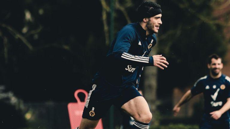 Raúl Jiménez en un entrenamiento con el Wolverhampton