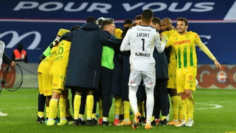 Jugadores del Nantes festejan la victoria