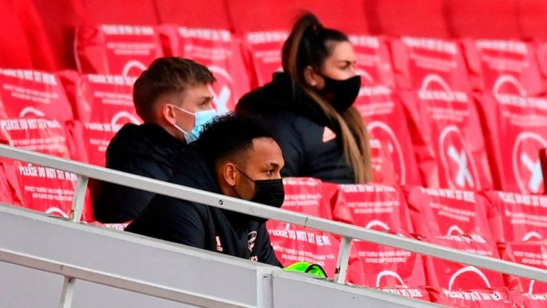 Aubameyang en la banca en el partido entre el Arsenal y el Tottenham