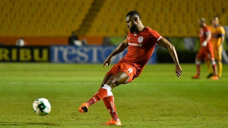William Da Silva durante un partido con Toluca