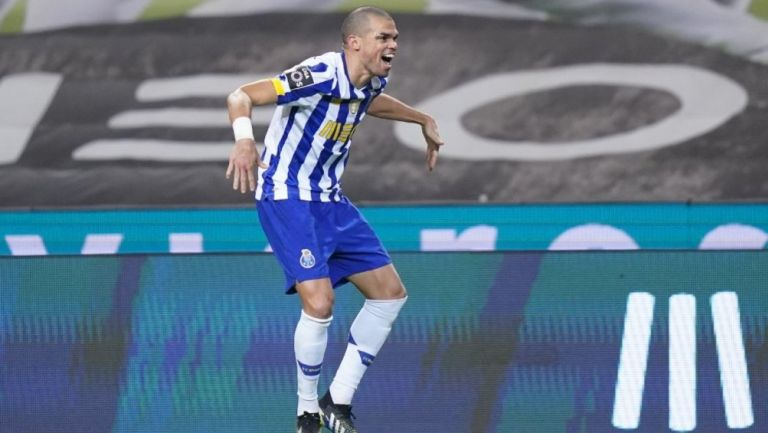 Pepe celebra anotación durante partido frente a Paços de Ferreira