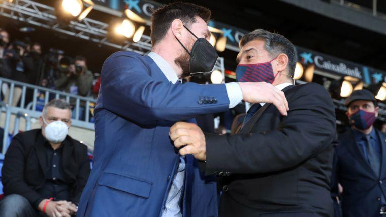Joan Laporta saluda a Lionel Messi durante la ceremonia