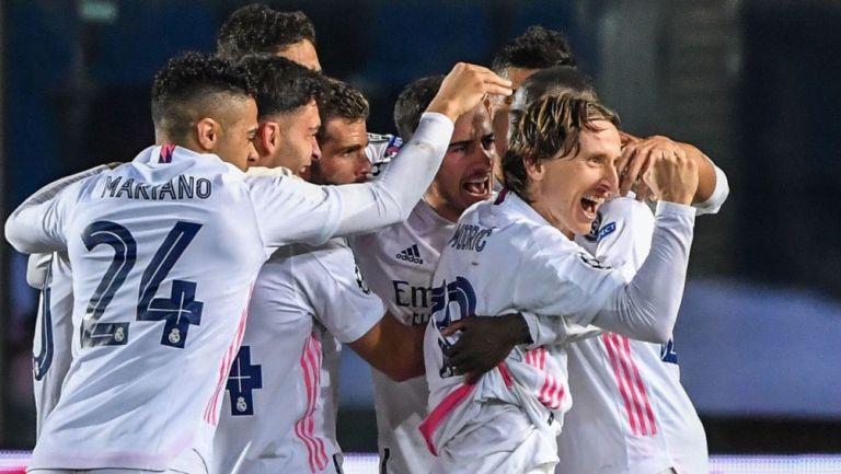 Luka Modric celebra con sus compañeros del Real Madrid