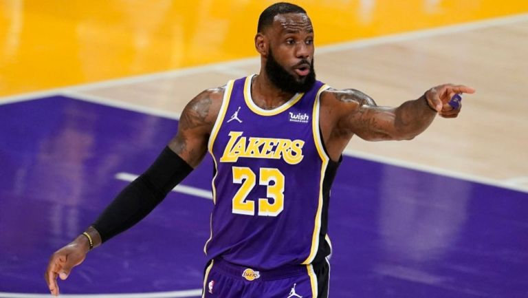 LeBron James en un partido con los Lakers